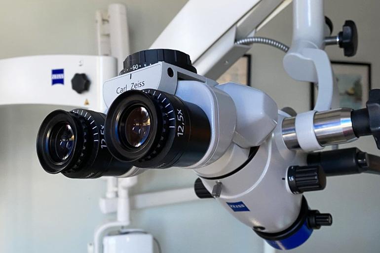 Rotbehandlingar under mikroskop